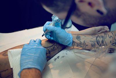 L'Académie de médecine veut renforcer la réglementation des tatouages