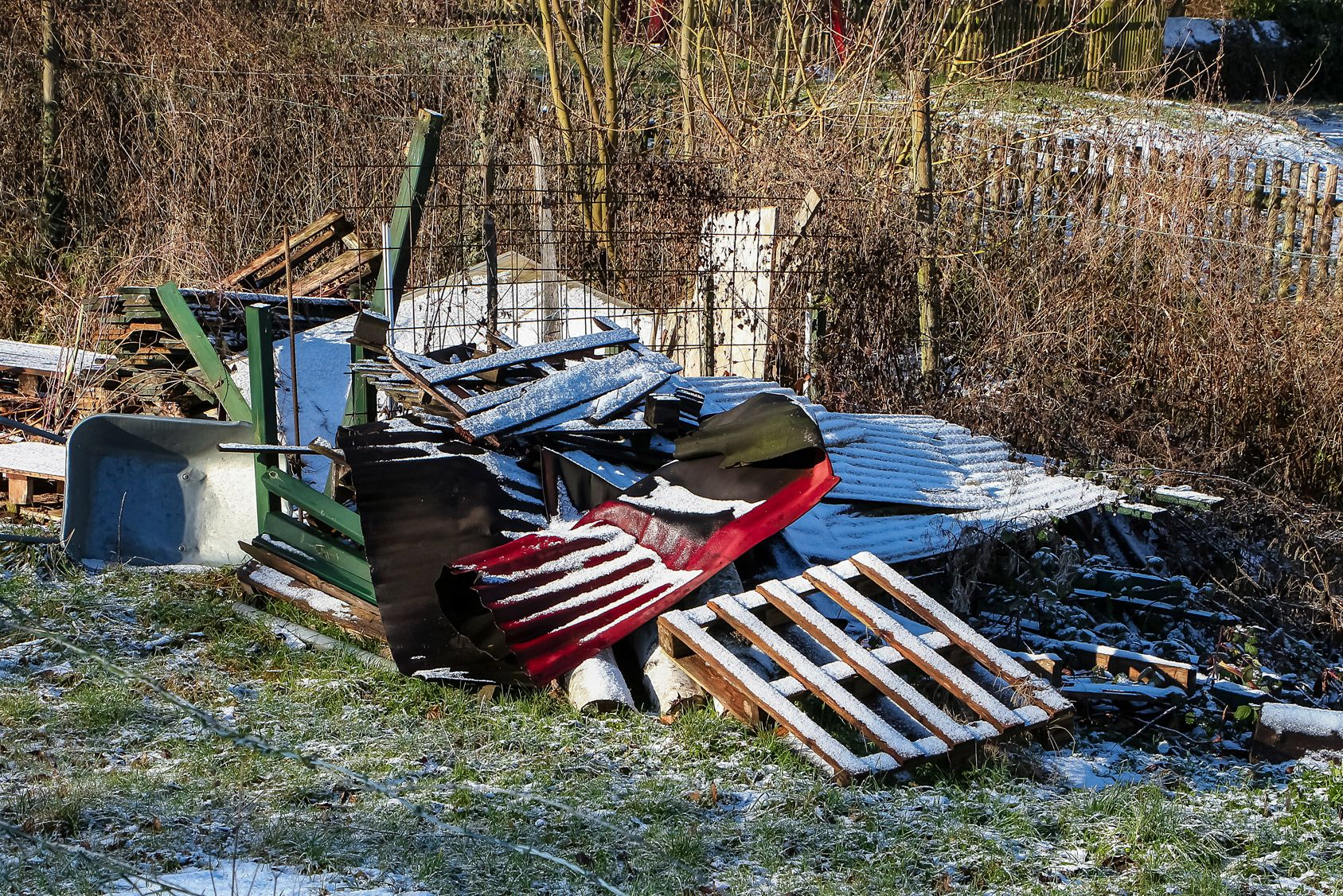 Entreposer des encombrants dans un jardin peut causer un trouble de voisinage
