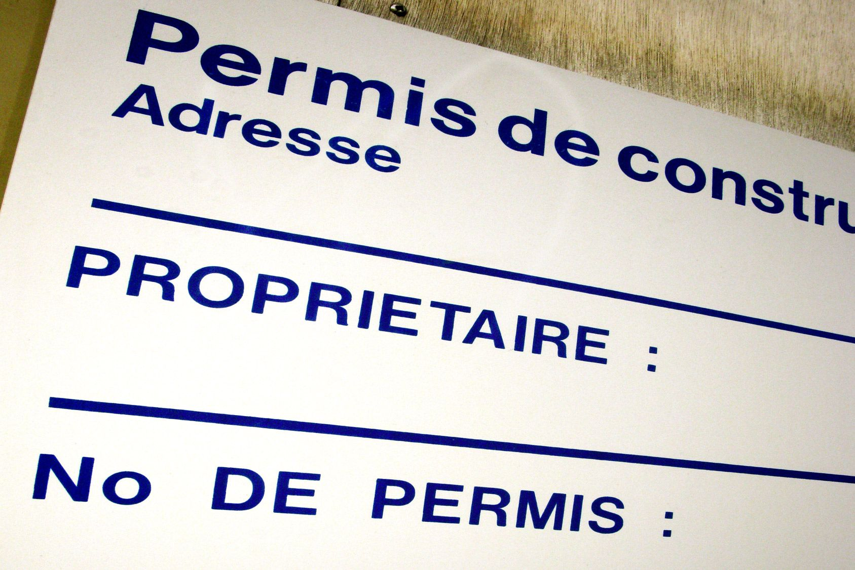 La mention de la date d'affichage en mairie sur le panneau du permis de construire disparaît