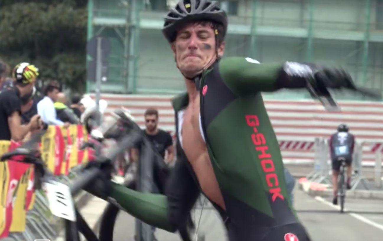 De rage, il brise son vélo en deux à l'arrivée d'une course