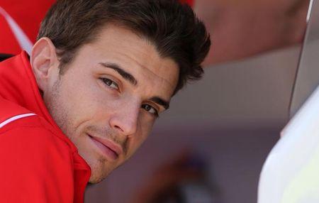 F1 - Bianchi arrive � serrer la main de ses proches