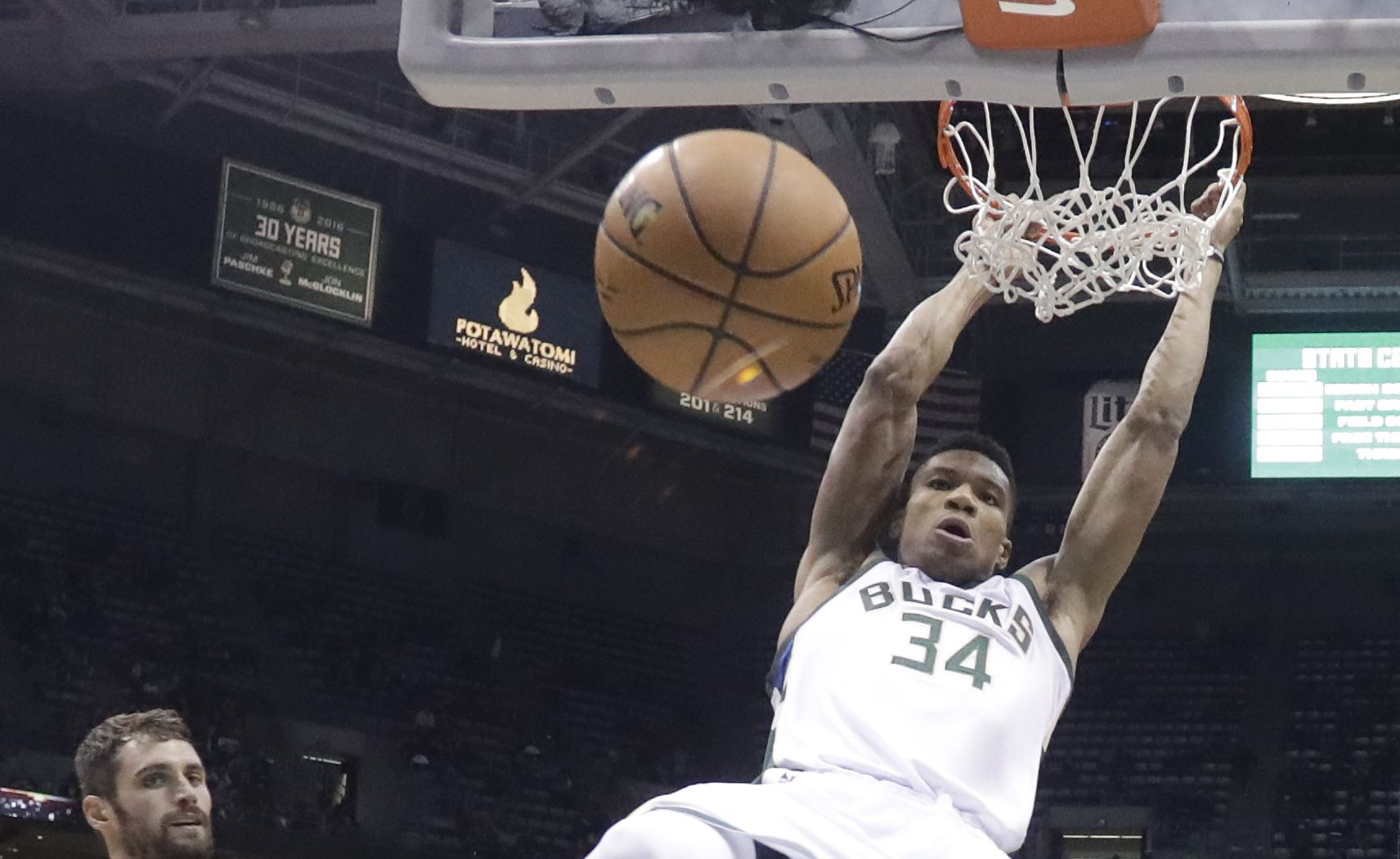 Basket - NBA - Cleveland et James victimes du «Greek Freak»