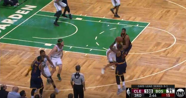 Basket - NBA - Le panier historique qui permet à James de dépasser Jordan en vidéo