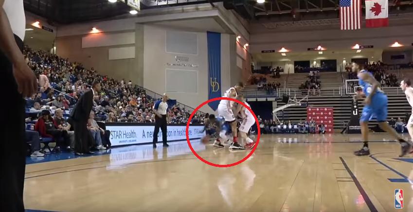 Basket - NBA - Nate Robinson passe littéralement entre les jambes de son défenseur