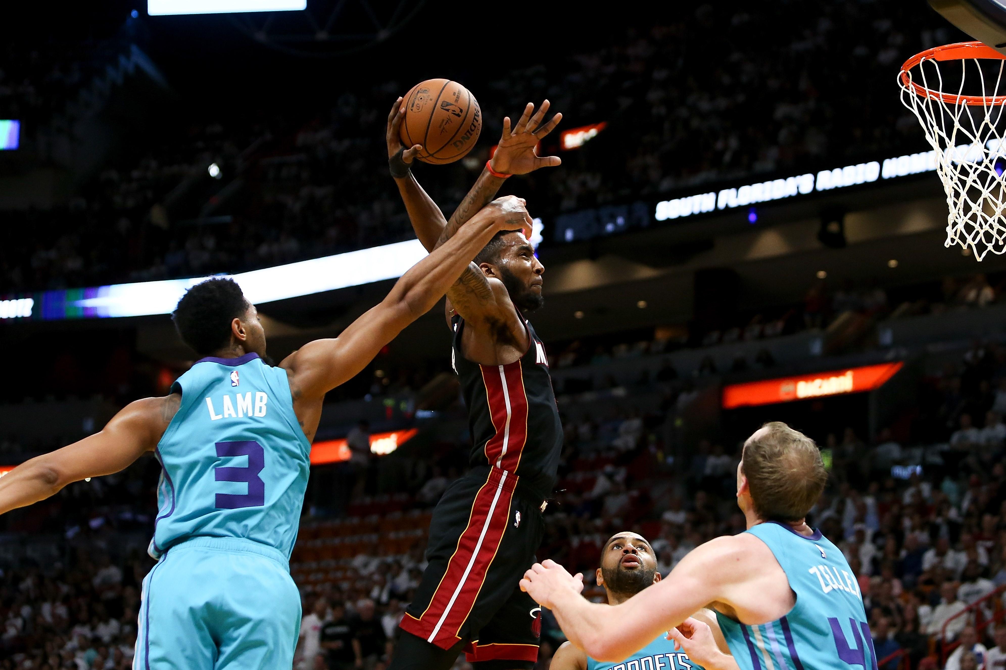 Basket - NBA - Top 10 : Derrick Jones Jr. claque le dunk de la nuit face aux Hornets