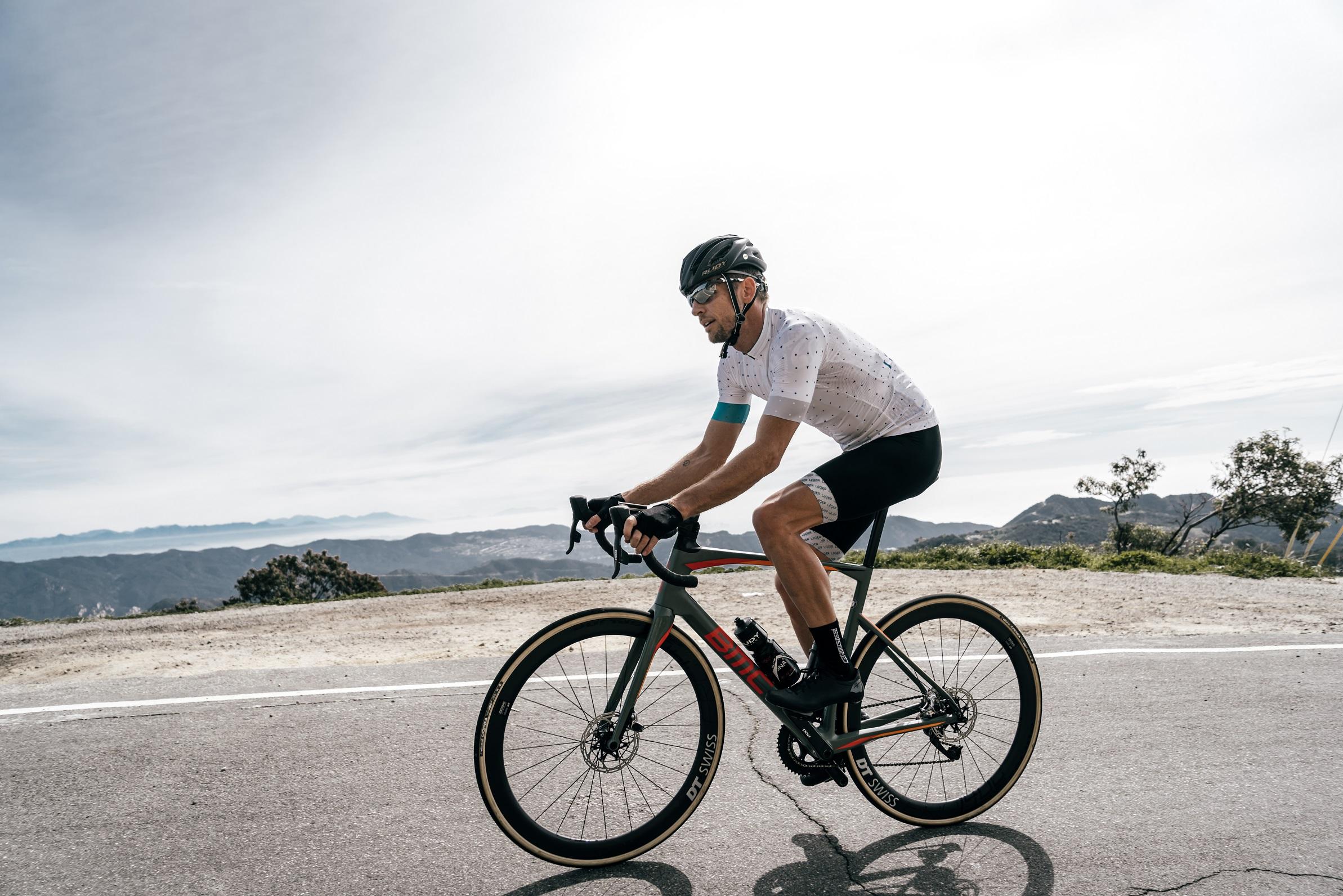 Cyclisme - L'ancien champion du monde de F1 Jenson Button au départ de la Haute Route Oman
