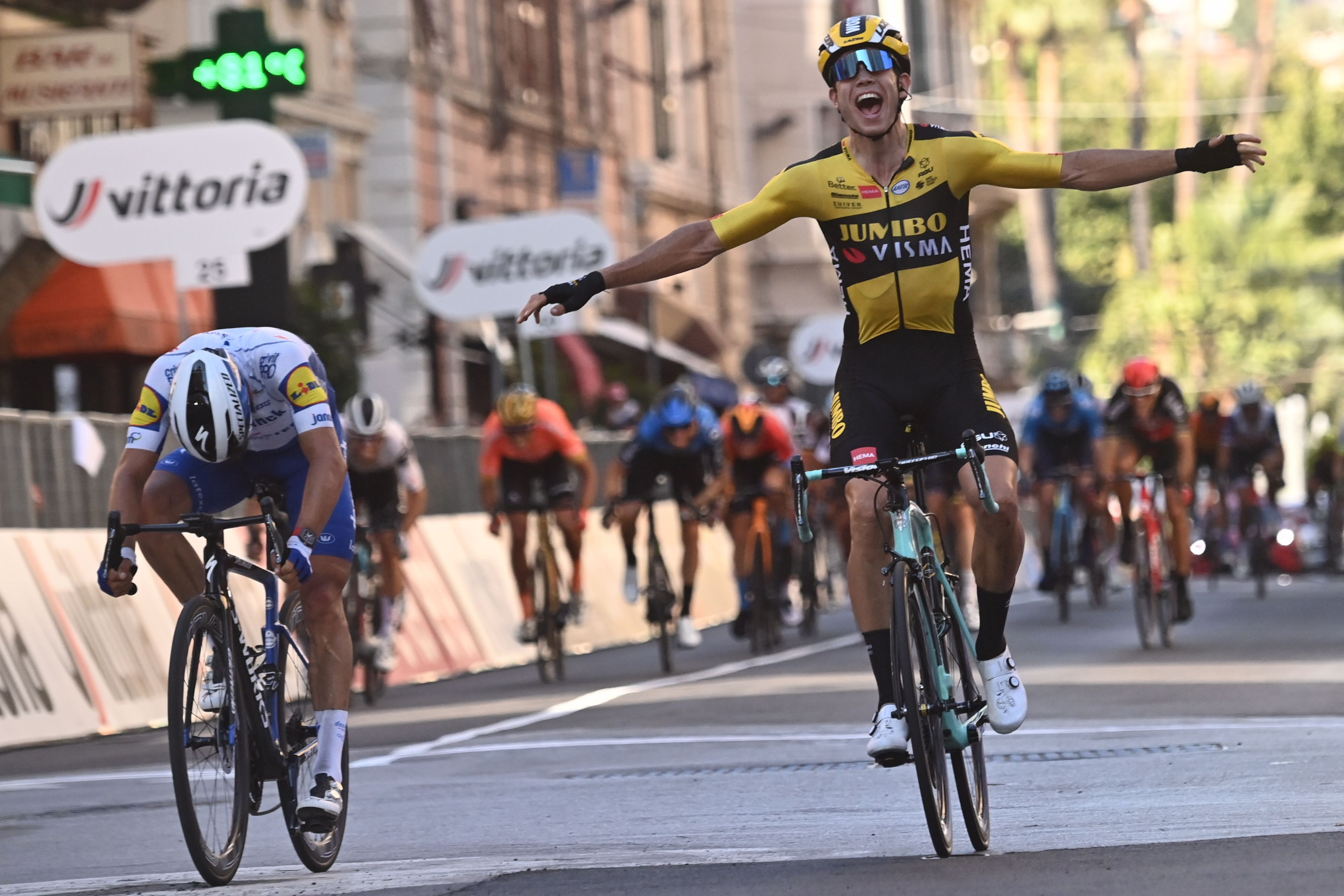 Cyclisme - Van Aert détrône Alaphilippe dans Milan-Sanremo