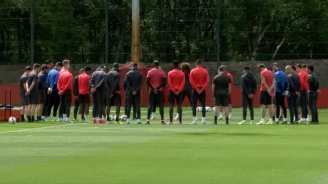 Football - Attentat Manchester - La minute de silence des joueurs de United en vidéo