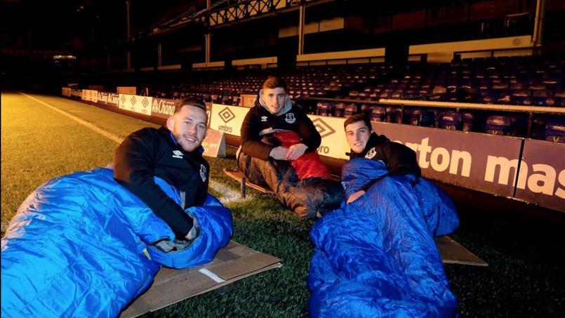 Football - Des joueurs d'Everton passent la nuit au stade pour la bonne cause