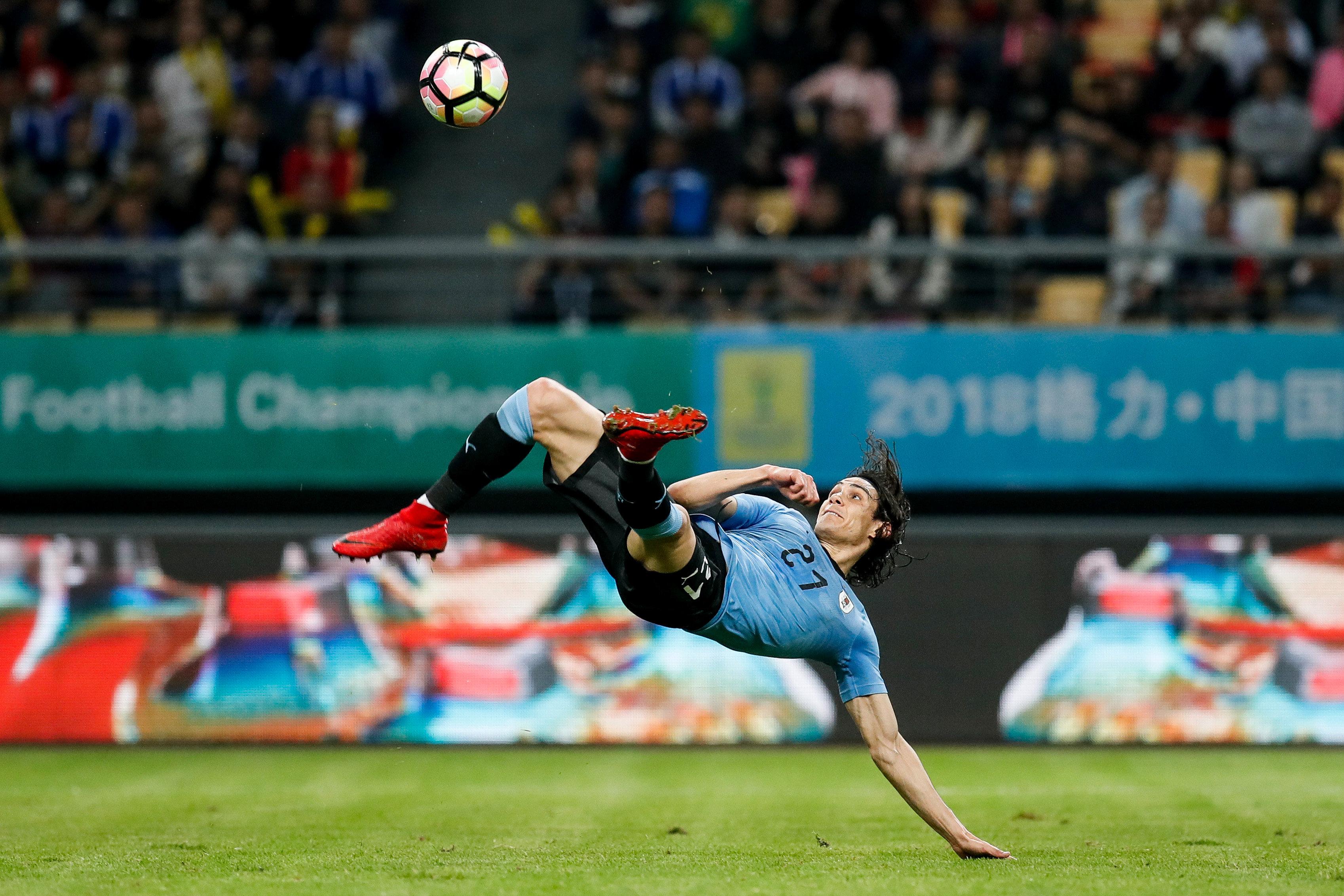 Football - Le but fantastique d'Edinson Cavani avec l'Uruguay (vidéo)