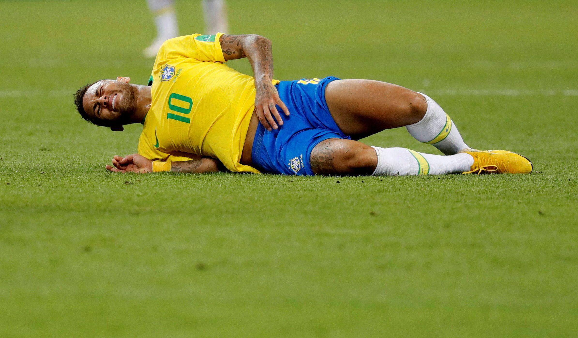 Football - Neymar parodie le «Neymar Challenge» avec des enfants