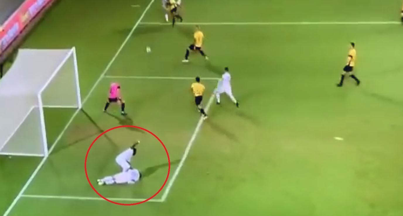 Football - Un joueur soigne un coéquipier et marque un but incroyable en même temps
