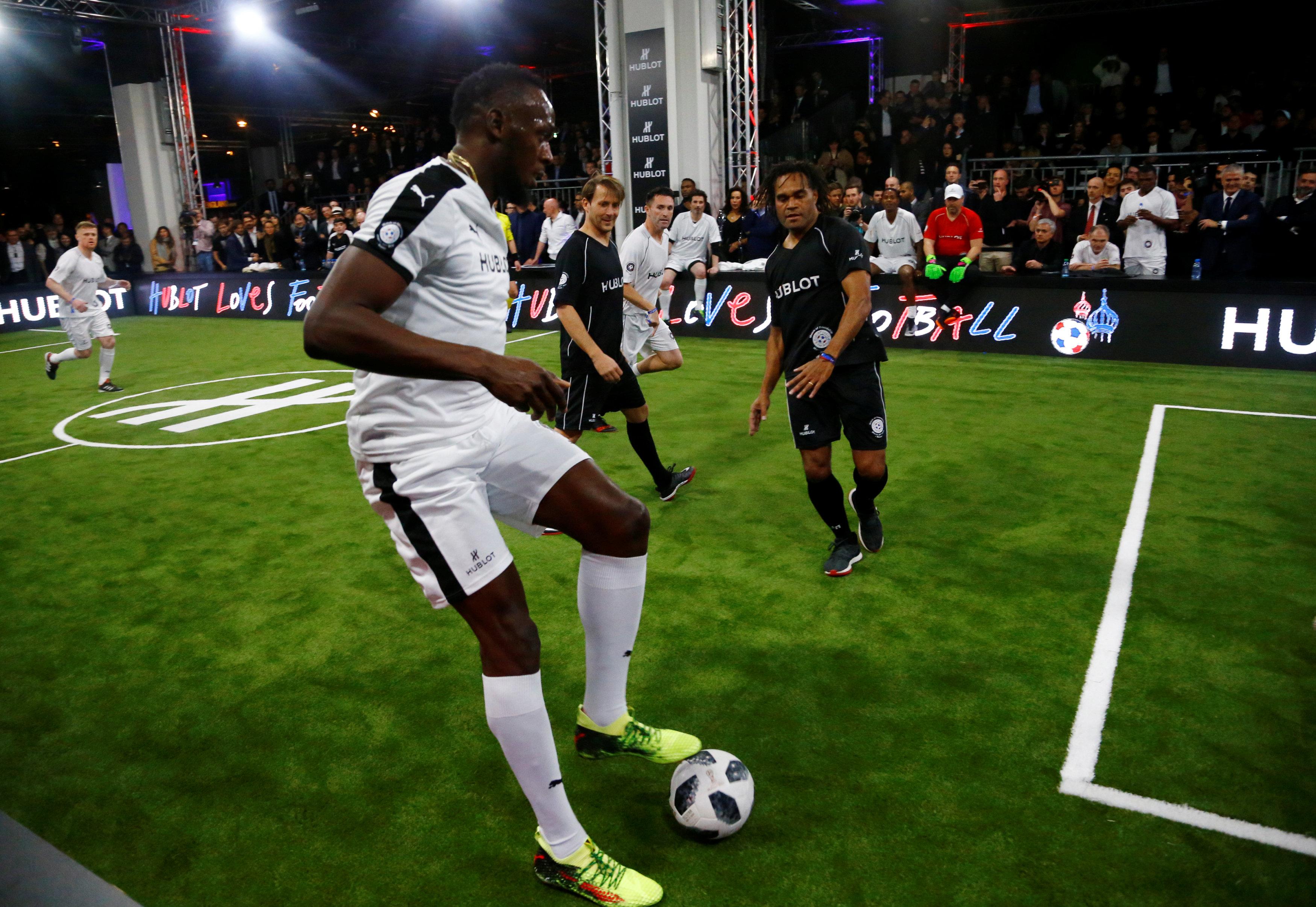 Football - Usain Bolt buteur et passeur lors d'un match avec d'anciennes gloires du foot