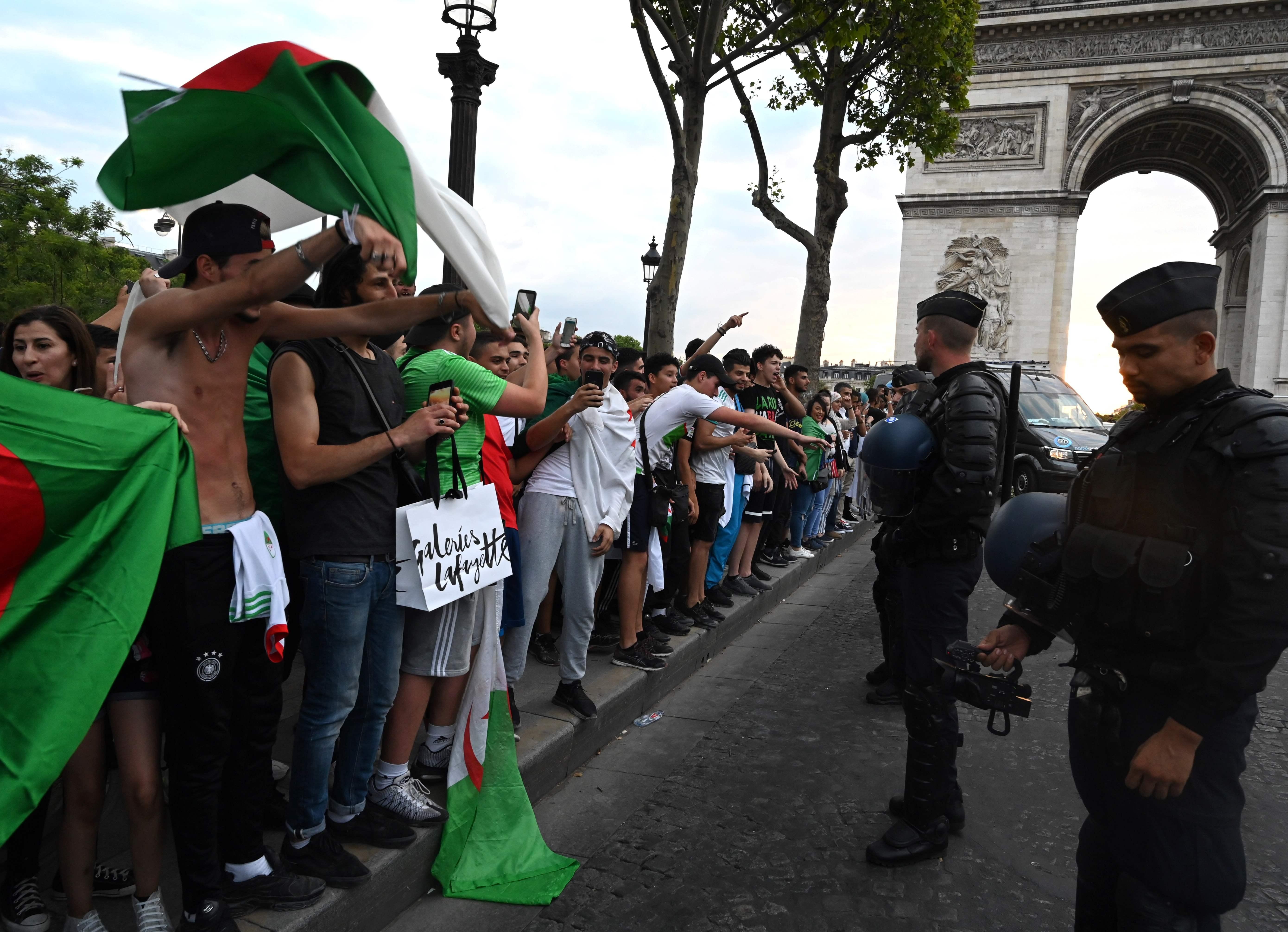 Football - CAN - CAN 2019: des magasins pillés près des Champs-Elysées après la qualification de l'Algérie