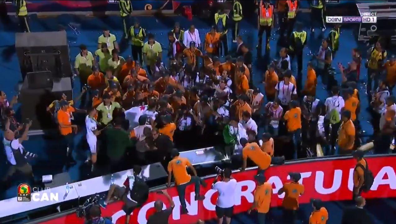 Football - CAN - CAN 2019 : quand la sécurité empêche les héros algériens de célébrer le titre avec leurs supporters (vidéo)