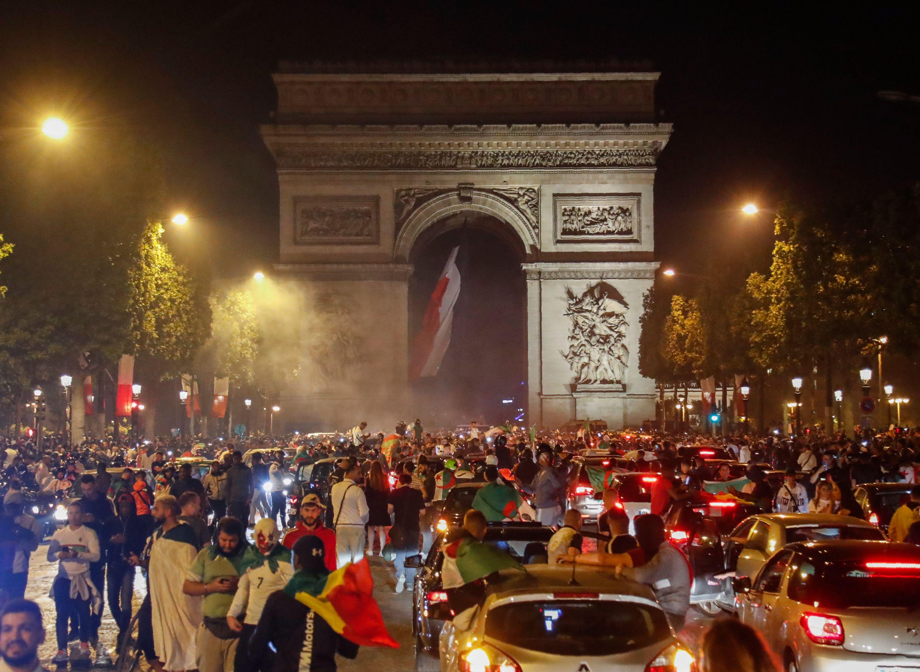 Football - CAN - La folle fête algérienne sur les Champs-Elysées