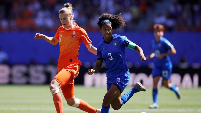 Football - Coupe du monde féminine - Coupe du monde 2019: les Néerlandaises et les Italiennes pourchassent des voleurs au stade du Hainaut