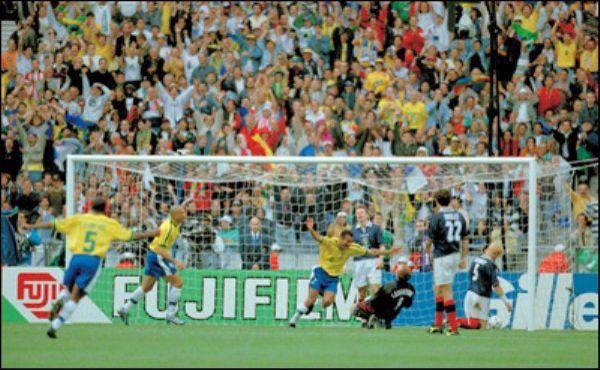 Football - Coupe du monde - 10 juin 1998 : le Brésil ouvre la fête du Mondial au Stade de France