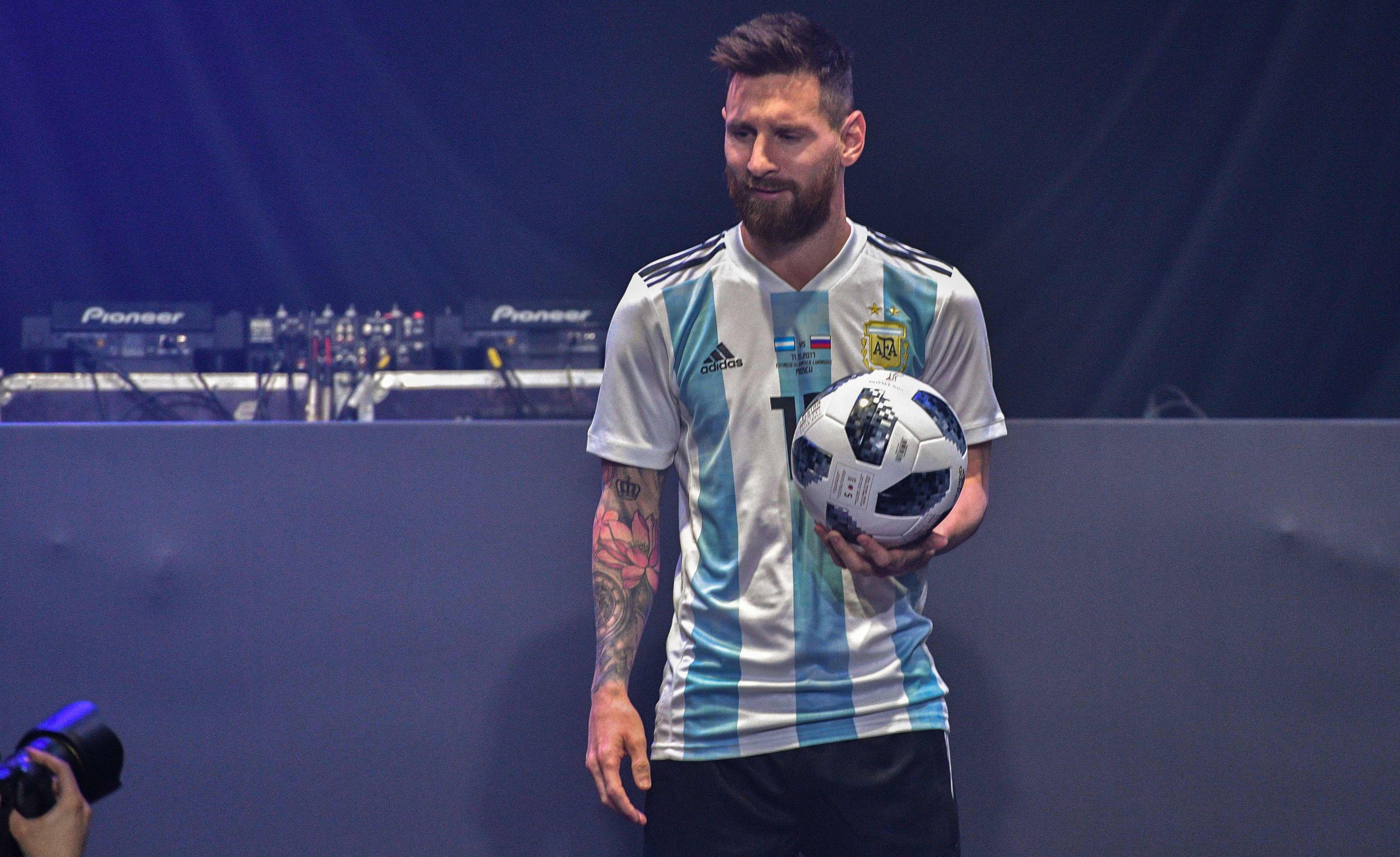 mondial 2018 messi pr sente le ballon officiel russie 2018 coupe du monde football. Black Bedroom Furniture Sets. Home Design Ideas