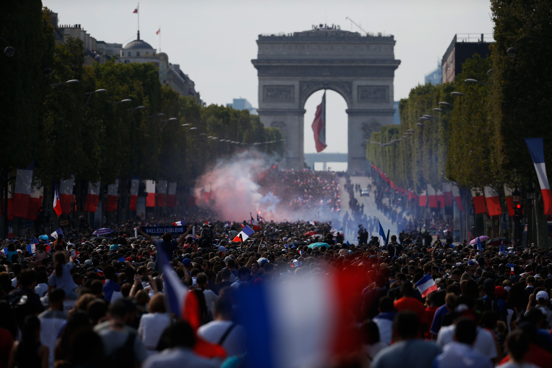 Football - Coupe du monde - Suivez en direct la descente des Champs-Elysées par les Bleus
