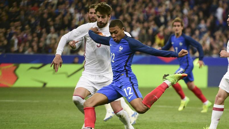 Football - Equipe de France - A peine la mi-temps sifflée, Piqué demande à Mbappé son maillot