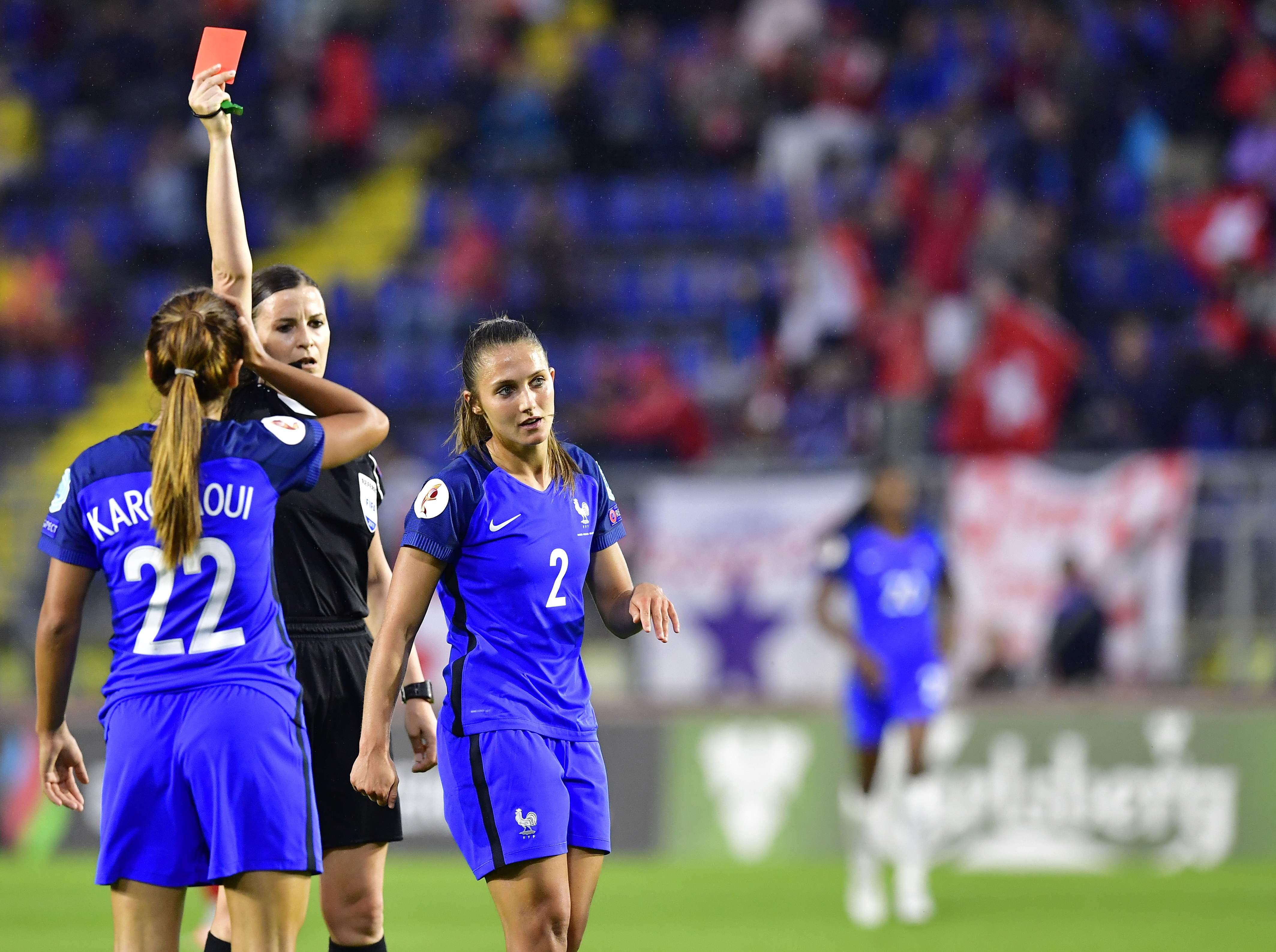 Football - Equipe de France - Double pleine pour les Bleues, réduites à dix et menées au score (vidéo)
