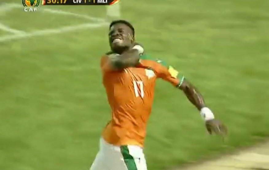 Football - Etranger - Le geste controversé d'Aurier: ses proches s'expliquent