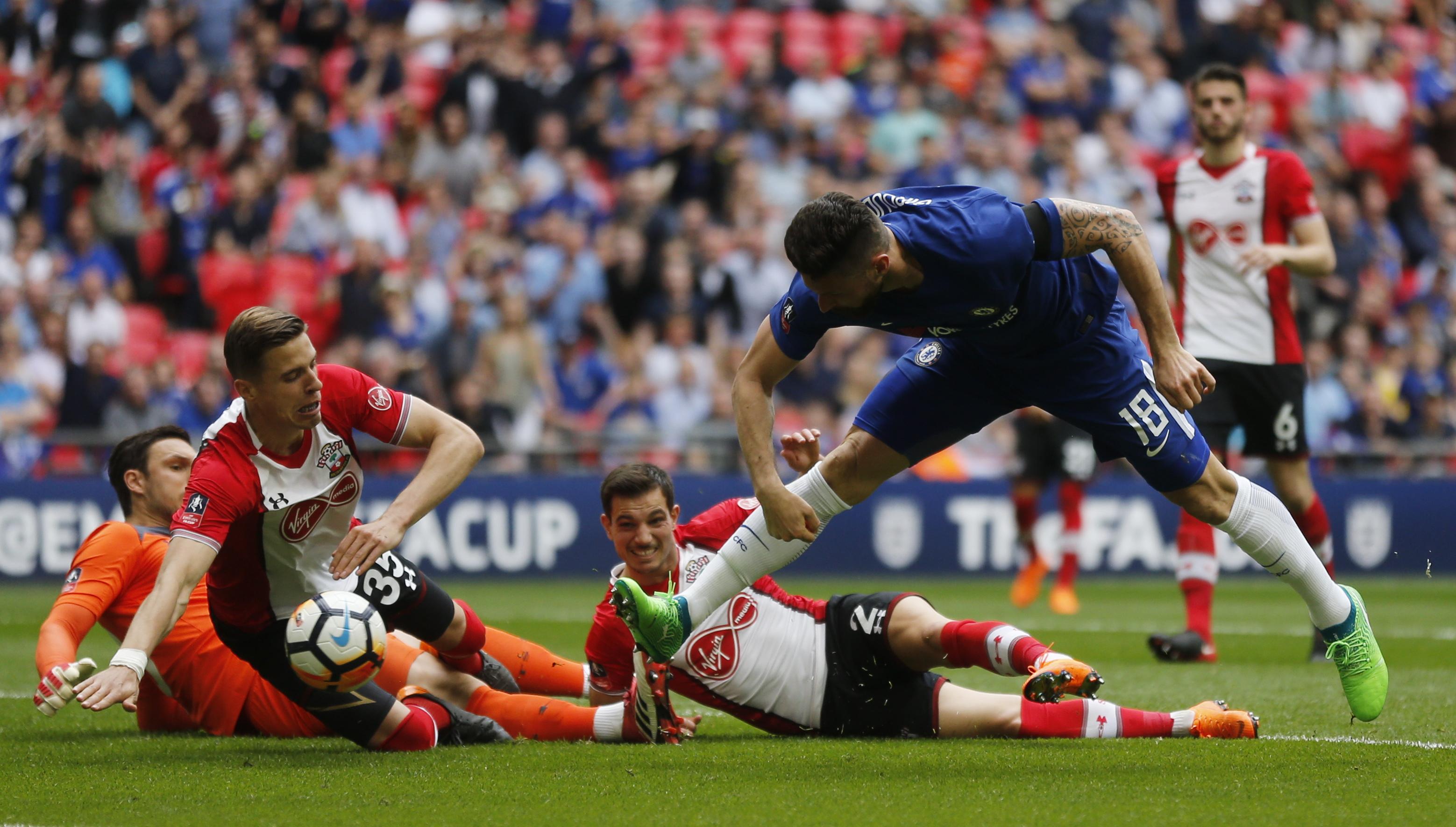 Football - Etranger - Le dribble fou de Giroud face à quatre défenseurs (vidéo)