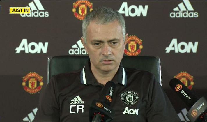 Football - Etranger - Mourinho débarque face à la presse et rend hommage à Ranieri