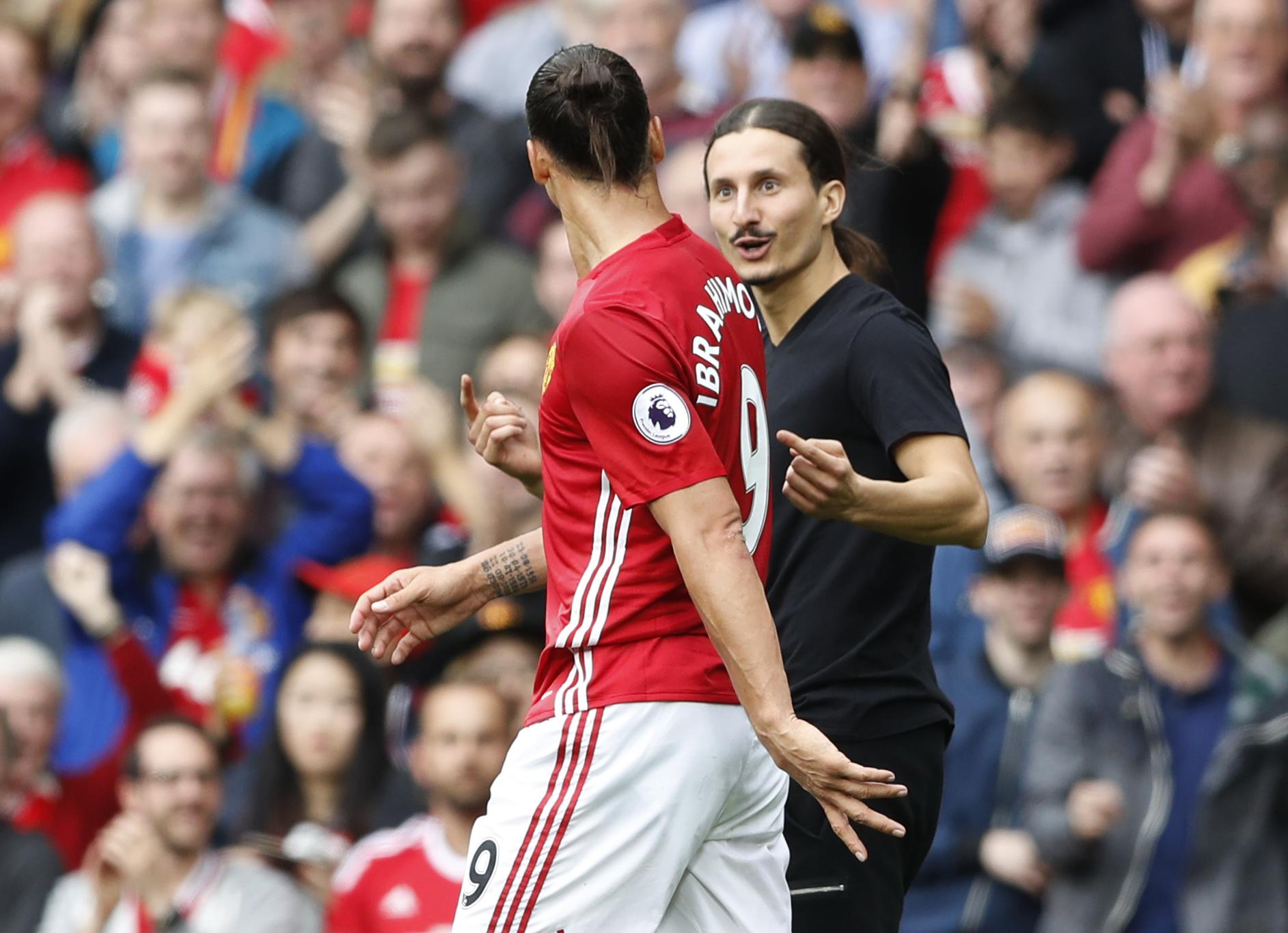 Football - Etranger - Un sosie d'Ibrahimovic entre sur la pelouse pour saluer la star