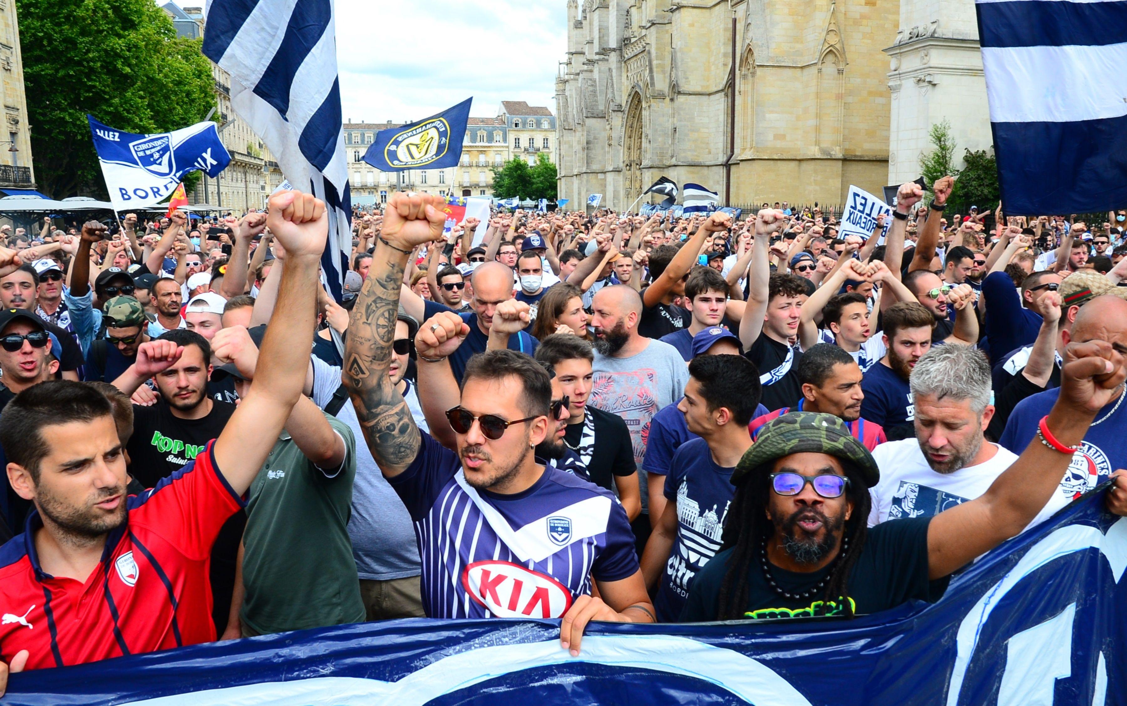 Football - Ligue 1 - Bordeaux: plus de 2000 supporteurs des Girondins ont «crié leur colère» devant la mairie