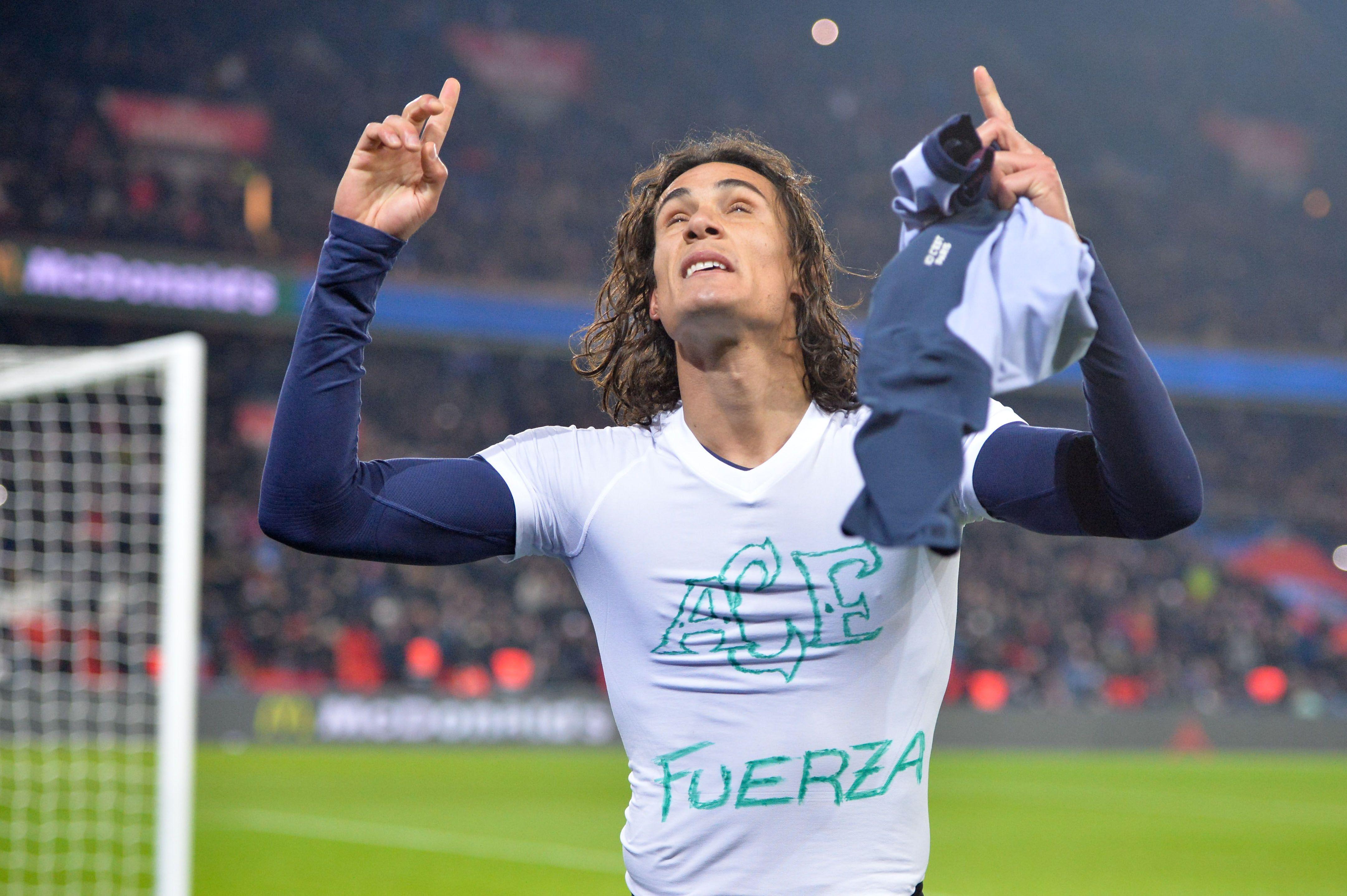 Football - Ligue 1 - Cavani rend hommage aux victimes du crash et reçoit un carton jaune