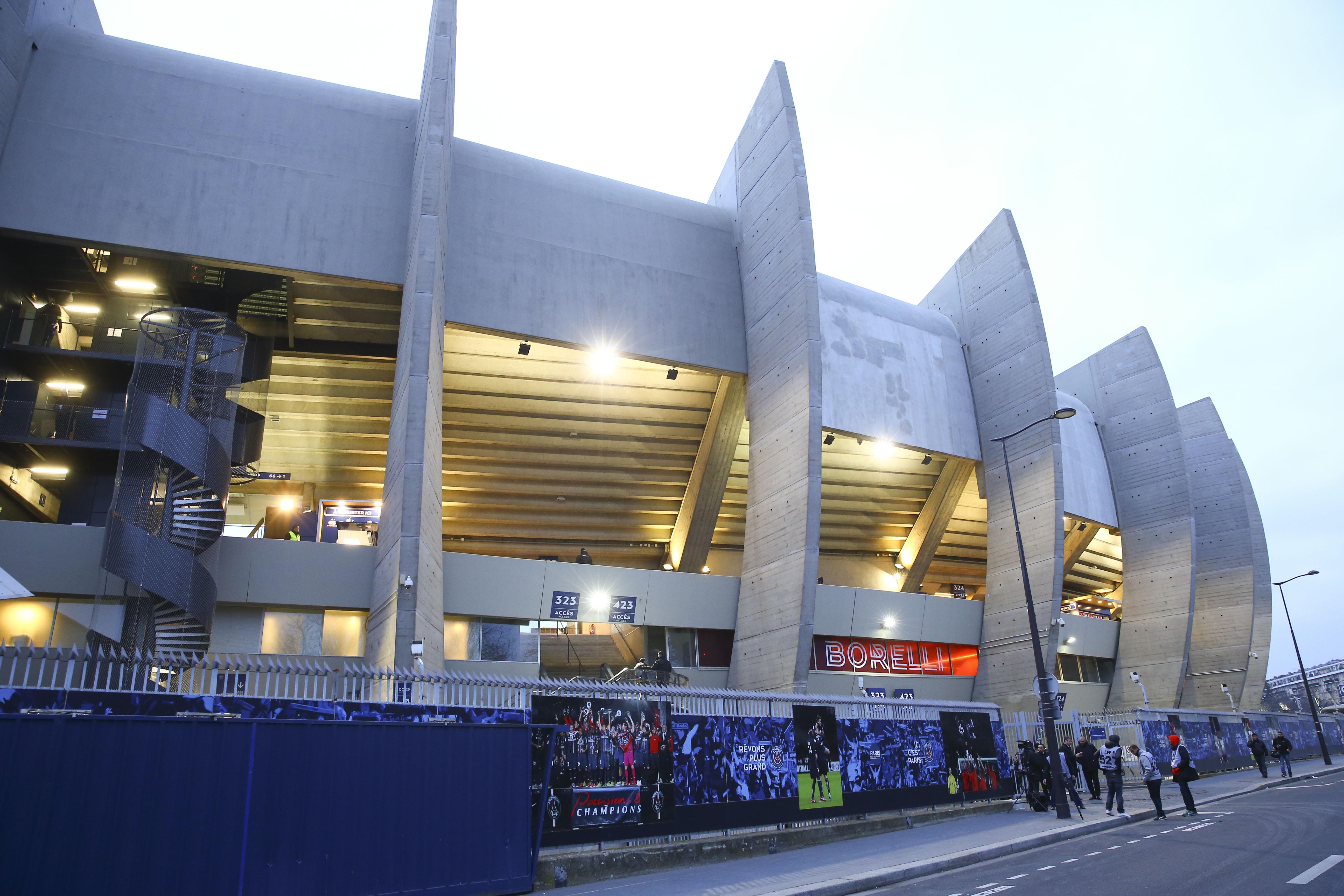 Football - Ligue 1 - Les joueurs du Paris SG chahutés au Parc des Princes par les supporters