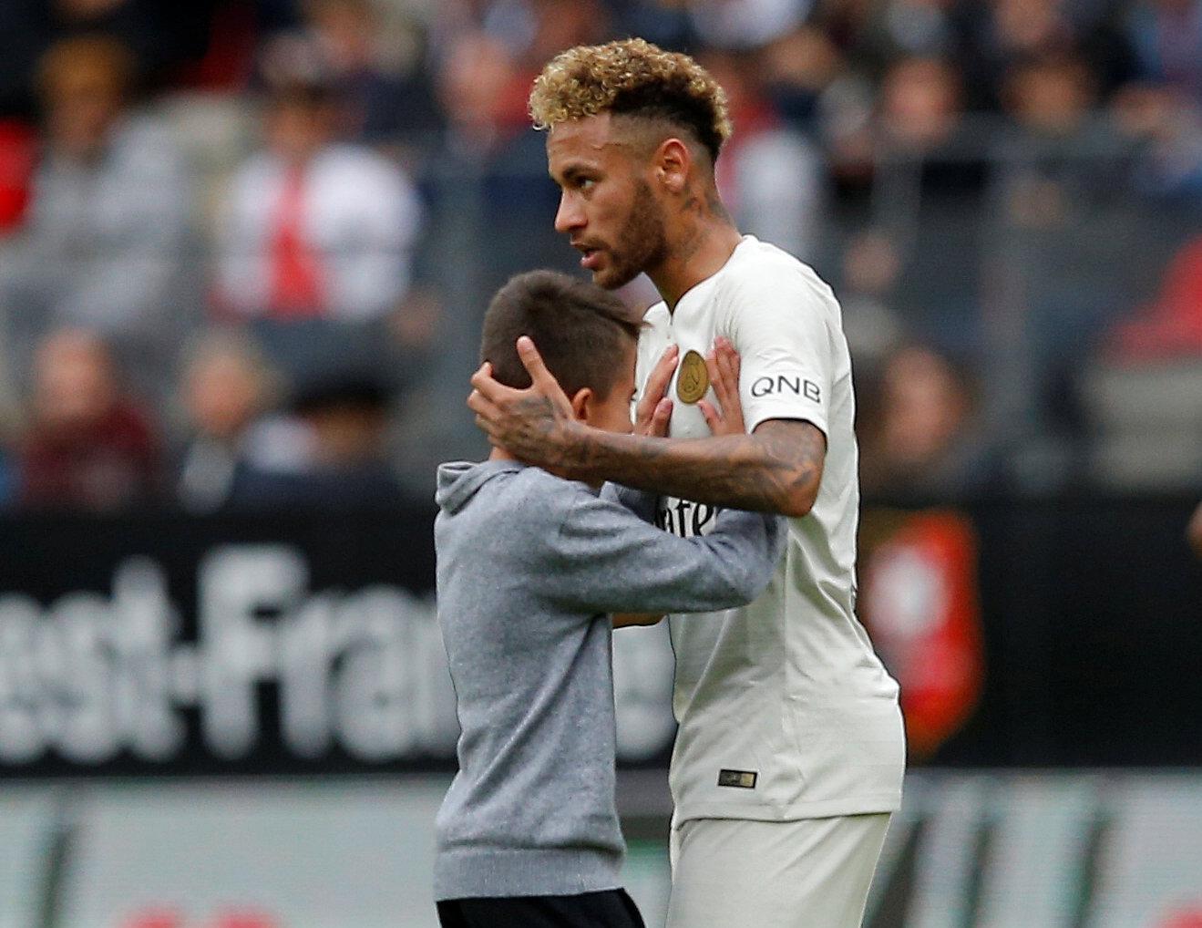 Football - Ligue 1 - Le beau geste de Neymar envers un jeune supporter en pleurs