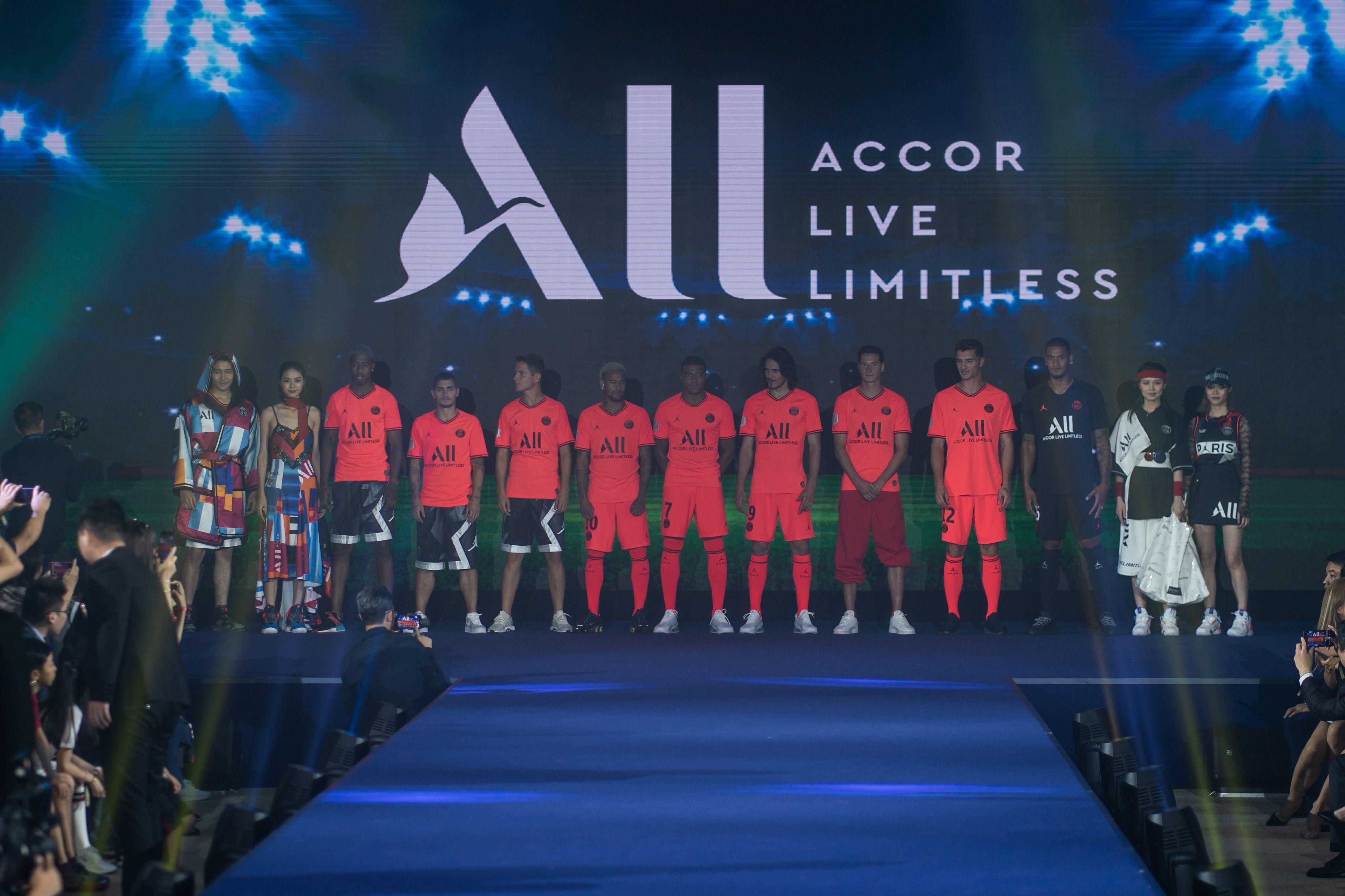 Football - Ligue 1 - PSG : Neymar, Mbappé et compagnie défilent pour présenter le nouveau maillot (vidéo)
