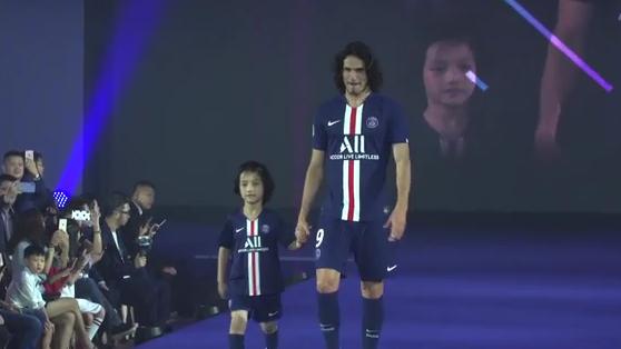Football - Ligue 1 - Quand les joueurs du PSG jouent les mannequins en Chine