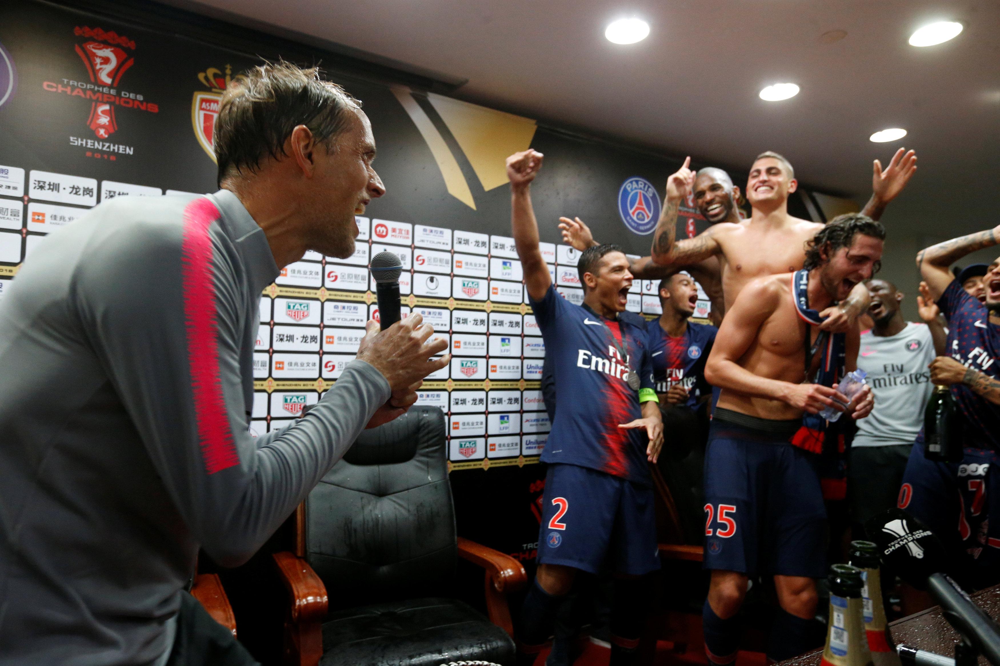 Football - Ligue 1 - Thomas Tuchel bizuté par les joueurs du PSG en pleine conférence de presse