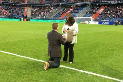 Football - Ligue 1 - Un spectateur demande sa femme en mariage avant un match de Ligue 1