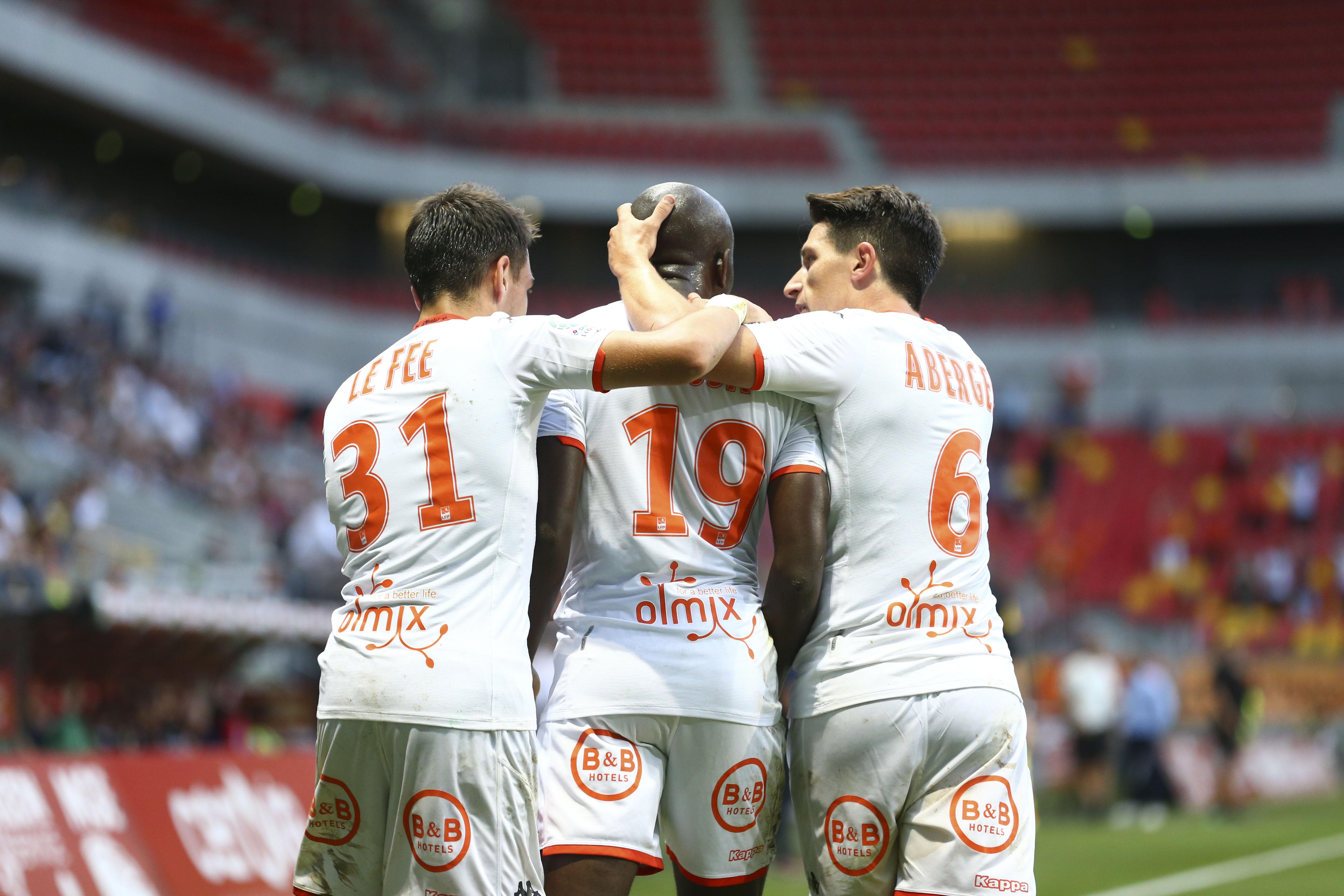Football - Ligue 2 - Ligue 2 : Lorient prend seul la tête après le faux pas de Clermont