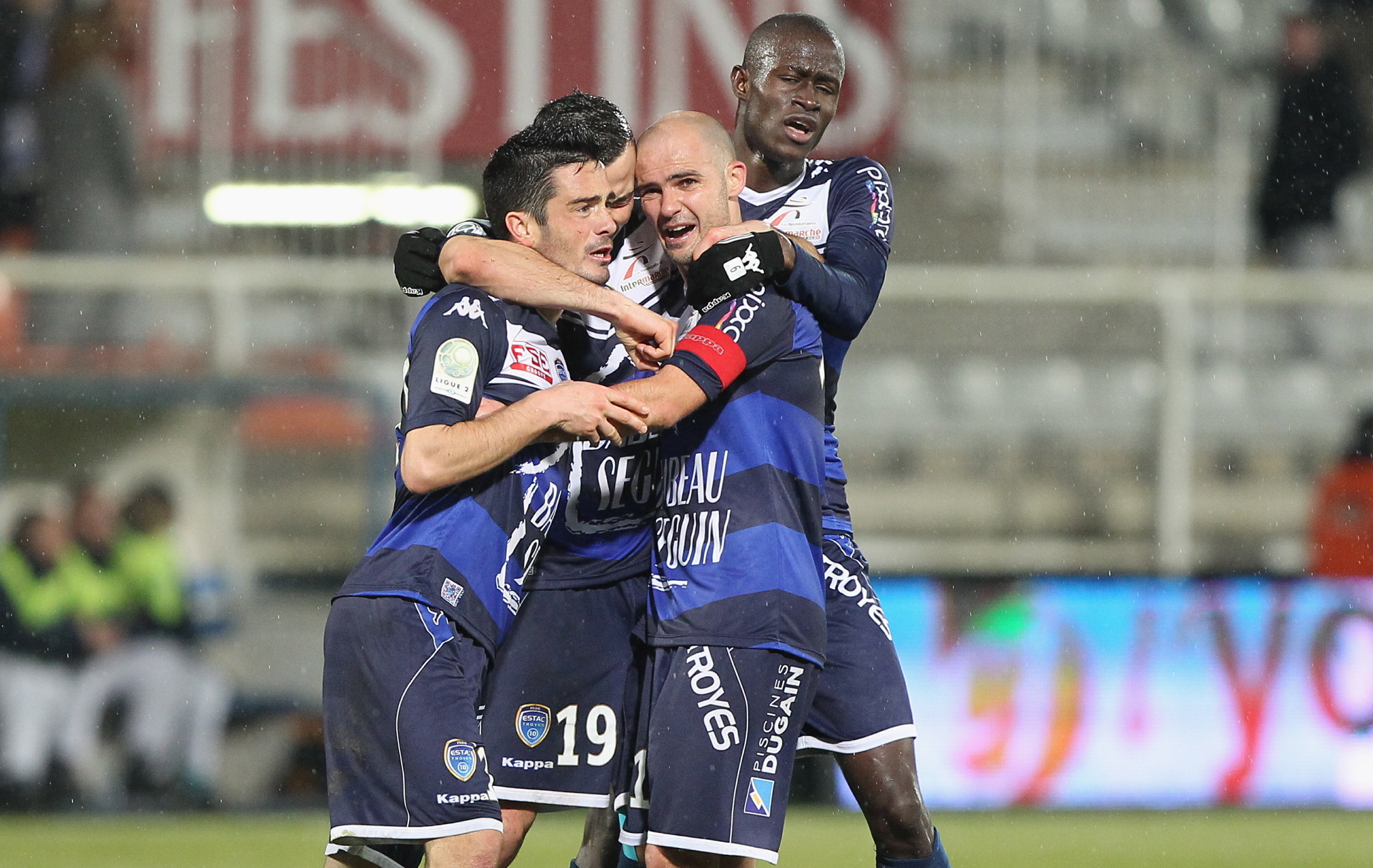 Infos Sports : Football - </b>Ligue 2 - Troyes se reprend, le &#171;Gaz&#187; s'arr&#234;te