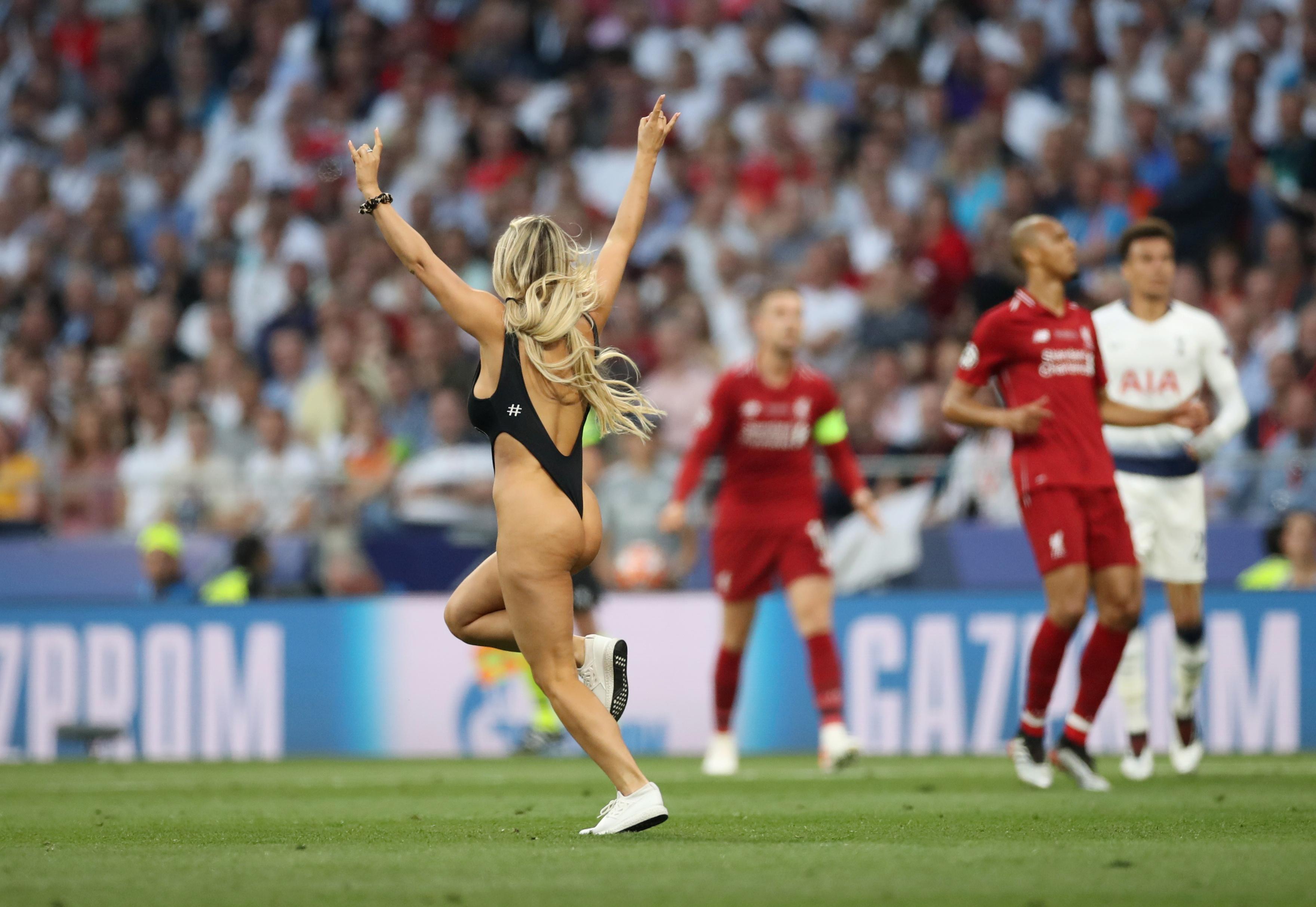 Football - Ligue des champions - Ligue des champions : quand une jolie streakeuse s'invite sur la pelouse (vidéo)
