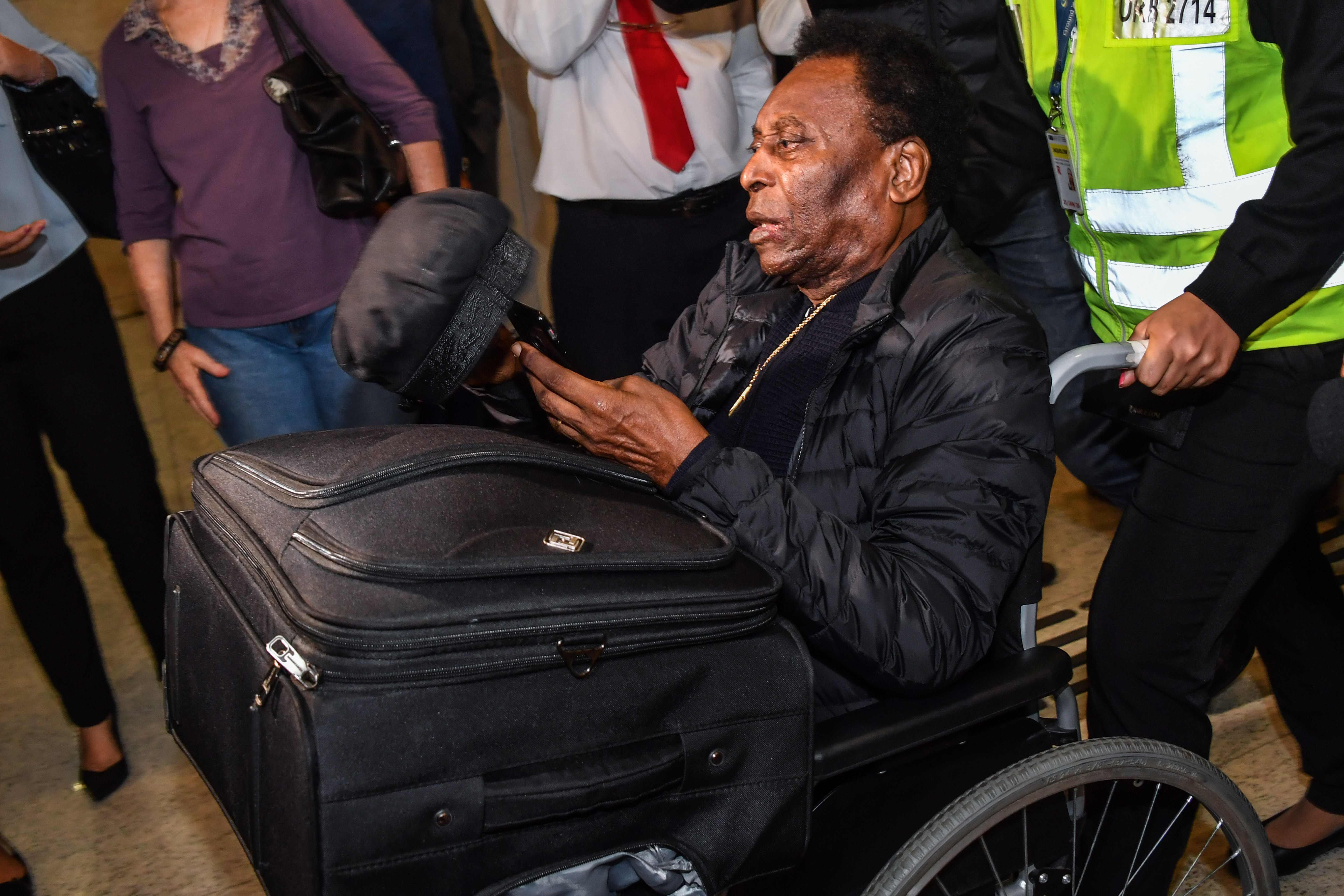 Football - Opéré samedi au Brésil, Pelé est sorti de l'hôpital