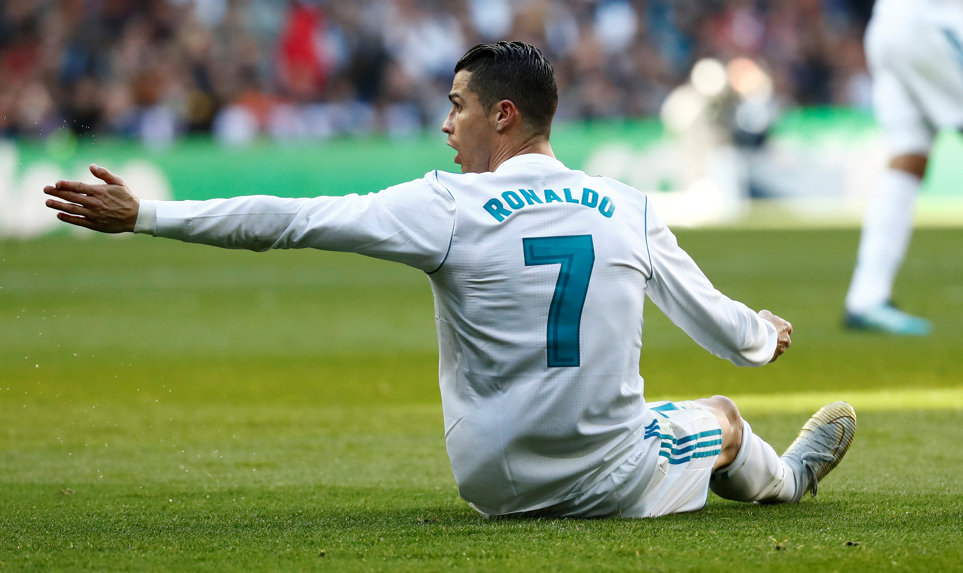 http://sport24.lefigaro.fr/var/plain_site/storage/images/football/transferts/actualites/en-direct-foot-mercato-rumeurs-transferts-vendredi-5-janvier-2017-891245/23887655-8-fre-FR/Le-mercato-en-direct-Et-on-reparle-de-Cristiano-Ronaldo-au-PSG.jpg
