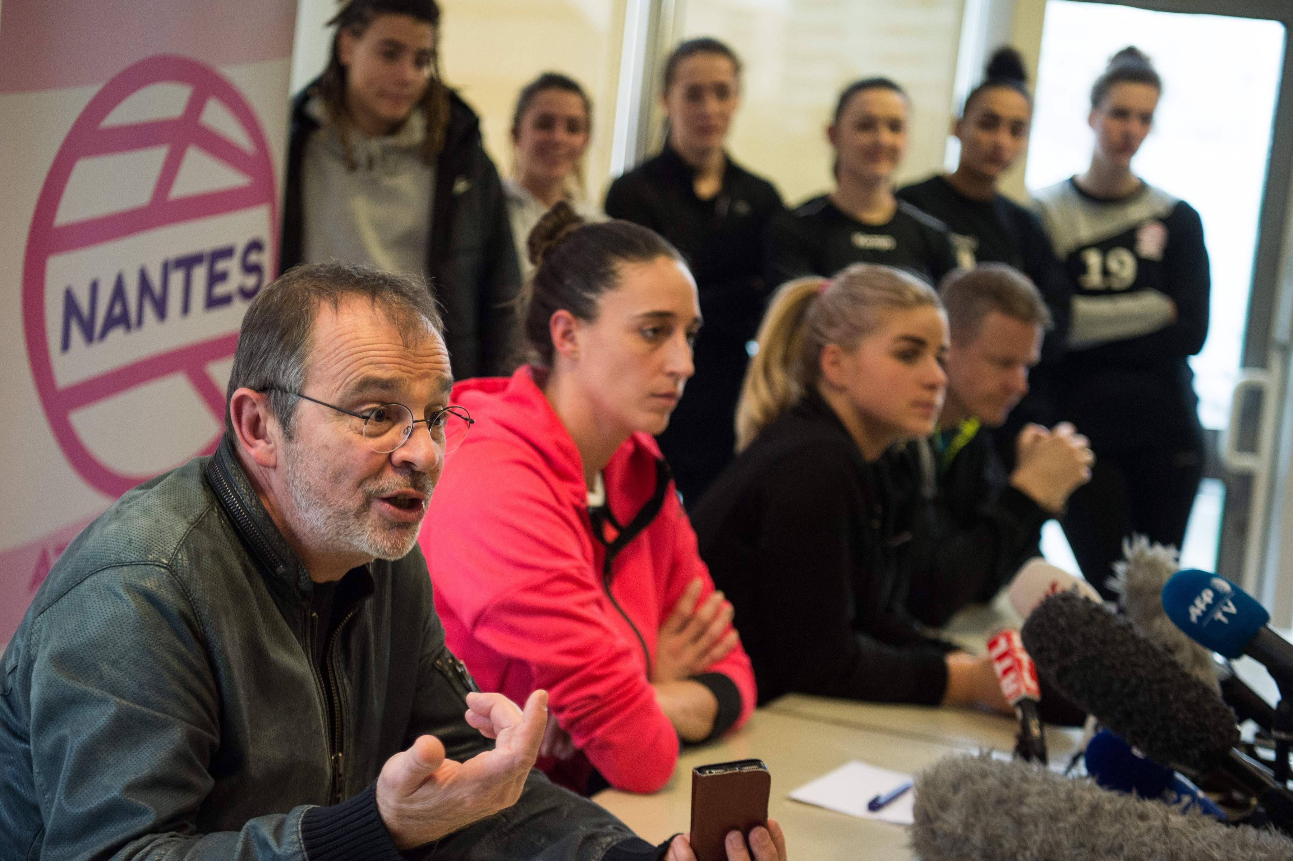 Handball - Test de grossesse dans le hand : les joueuses de Nantes soutiennent le médecin