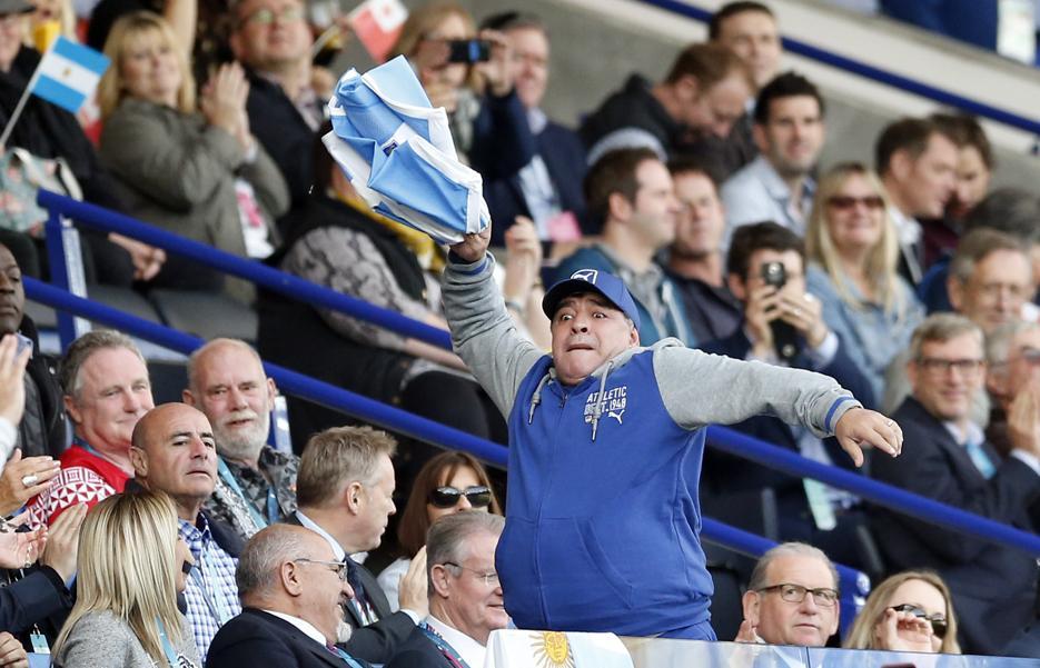 Rugby - Coupe du monde 2015 - Maradona déchaîné dans les tribunes pour soutenir l'Argentine
