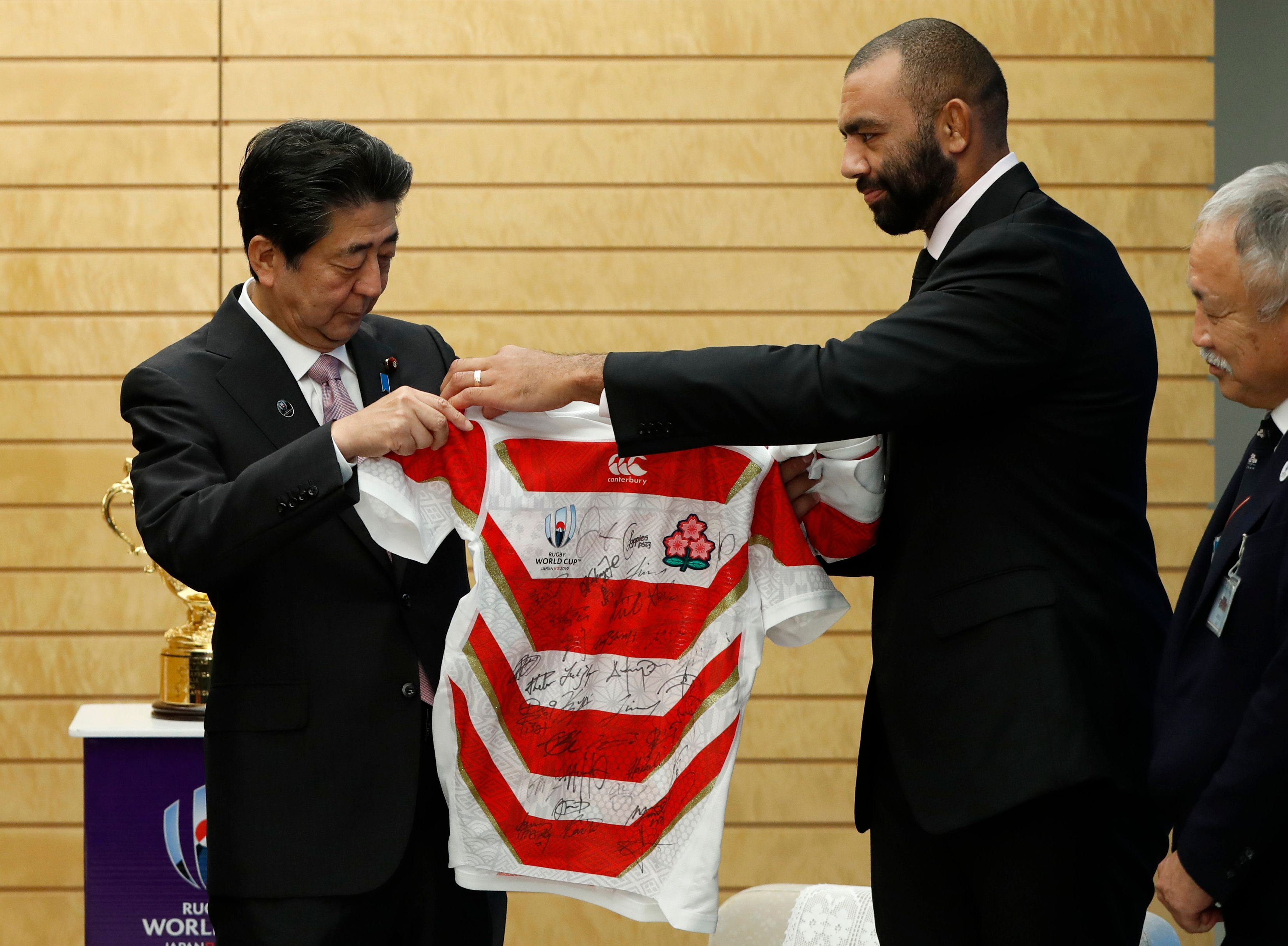 Rugby - Coupe du monde 2019 - Michael Leitch, le capitaine du Japon, a offert un maillot dédicacé à son Premier ministre