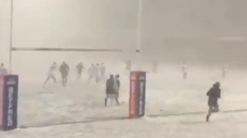 Rugby - En Angleterre, un match de rugby en plein blizzard