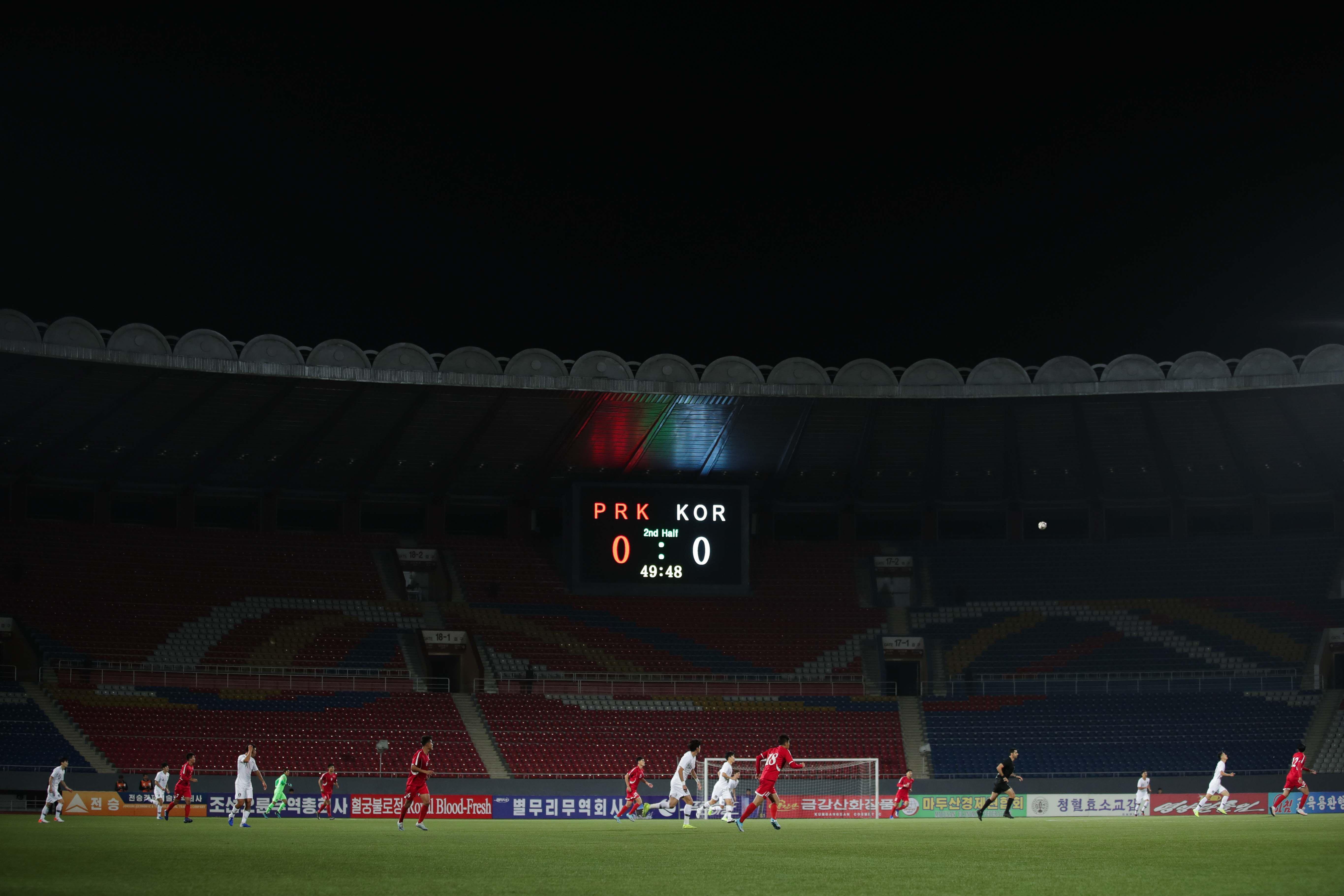 Scan Sport - Stade vide, pas de direct TV, aucun journaliste étranger ... Match irréel entre la Corée du Nord et du Sud