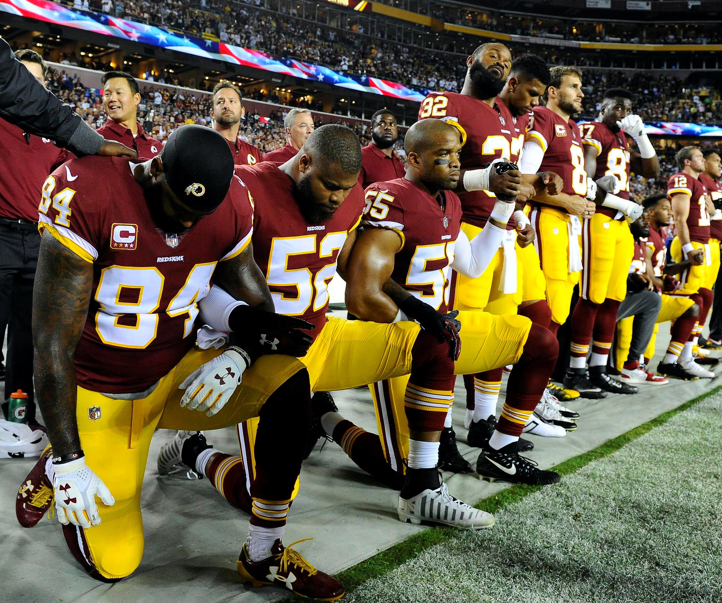 Sports US - Un genou à terre, les footballeurs américains défient Donald Trump