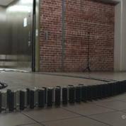10.000 iPhones disposés en dominos